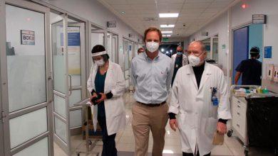 """Photo of """"Hay que tomar decisiones fuertes"""": Un hospital chileno colapsa y los médicos se ven obligados a elegir qué pacientes ocupan las camas que se liberan"""